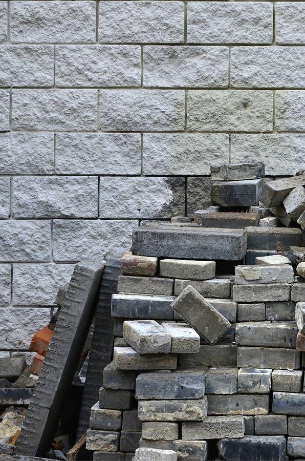 Wielki stos demontować brukowanie płytki przeciw ścianie lekka cegła obrazy royalty free