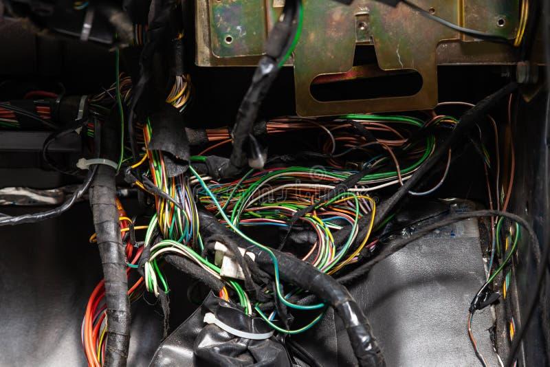 Wielki szeroki kabel z stubarwnymi drutami, w??cznikami, terminalami w drutowanie remontowym sklepie i elektrykami dla czerwieni  obrazy stock