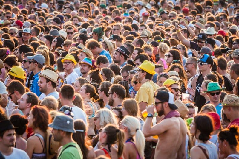 Wielki tłum ludzie na lato festiwalu obraz stock