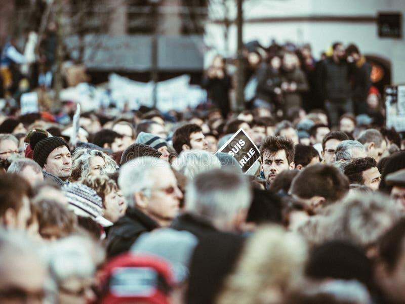 wielki tłum ludzie protestuje po Paryskiego terrorystycznego ataka dalej fotografia royalty free