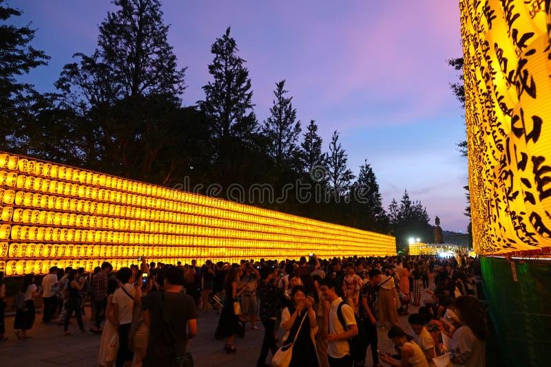 Wielki tłum przy Mitama matsuri, Yakasuni świątynia w Tokio, Japonia