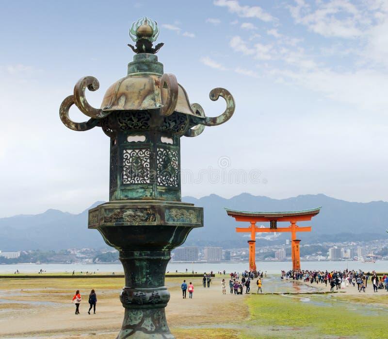 Wielki Torii Miyajima przy niskim przypływem obrazy stock