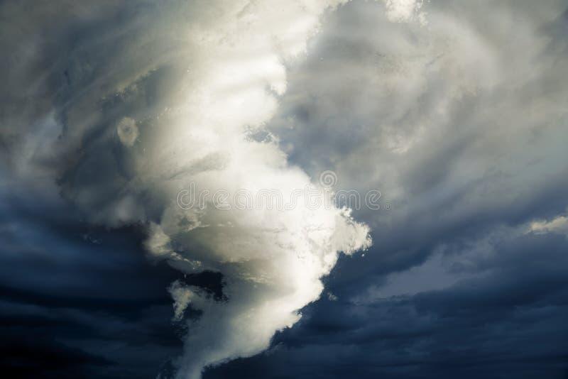 Wielki tornado tworzy wokoło niszczyć obraz stock