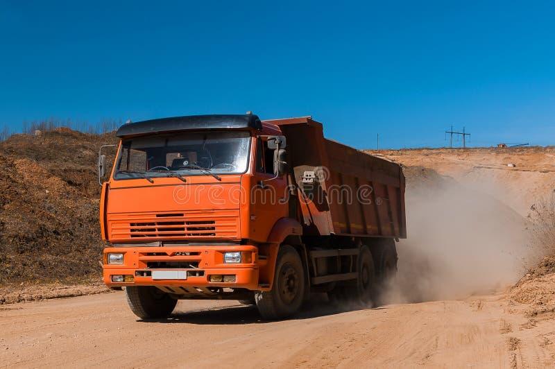 Wielki usyp ciężarówki poruszający brud przy nowym handlowym rozwoju projektem budowlanym zdjęcie stock