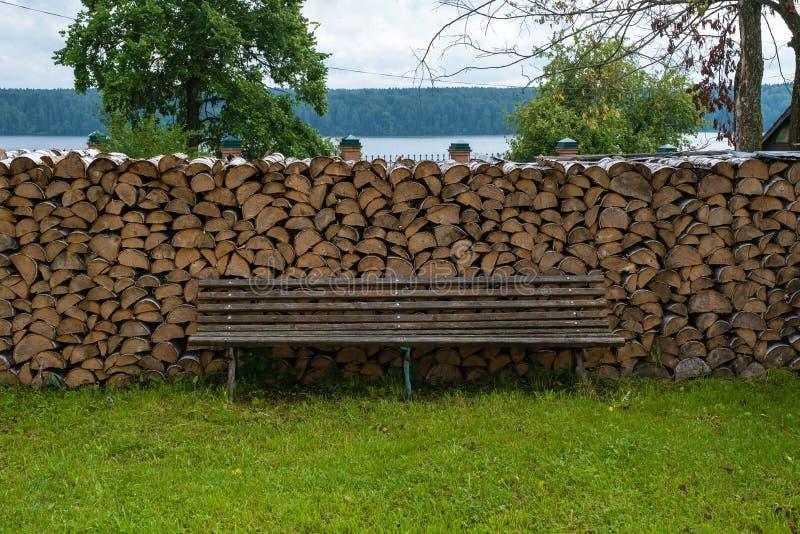 Wielki woodpile brzozy drewno i drewniana ławka dla odpoczynku obraz royalty free