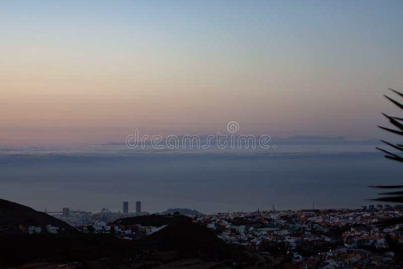 Wielki wschód słońca nad morzem wyspą zdjęcia royalty free