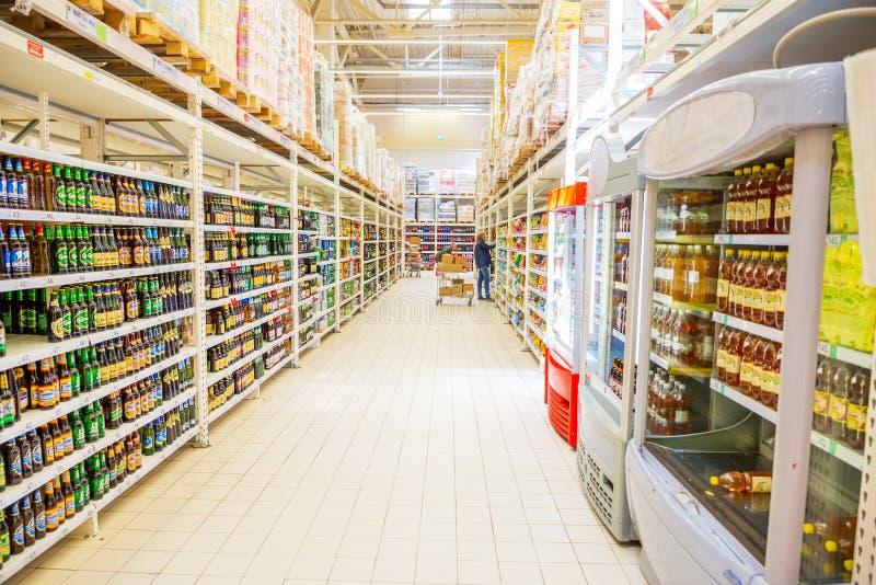wielki wybór różni piwa w supermarkecie zdjęcie stock