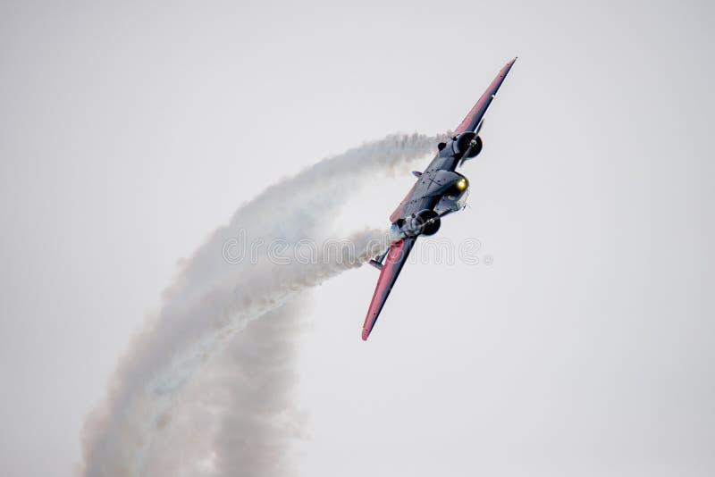 Wielki wyczynu kaskaderskiego samolotu looping fotografia royalty free