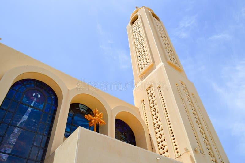 wielki wysoki wierza, iglica w Egipskim ortodoksyjnym białym kościół z krzyżami, łuki, kopuły i modlitw okno przeciw błękitnemu s fotografia royalty free