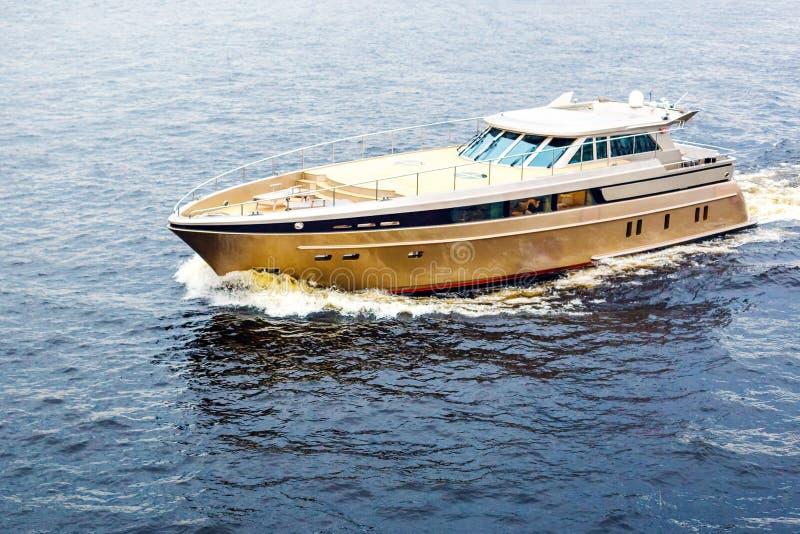 Wielki Złoty jacht aktywny pojęcie relaks i luksus, obraz royalty free