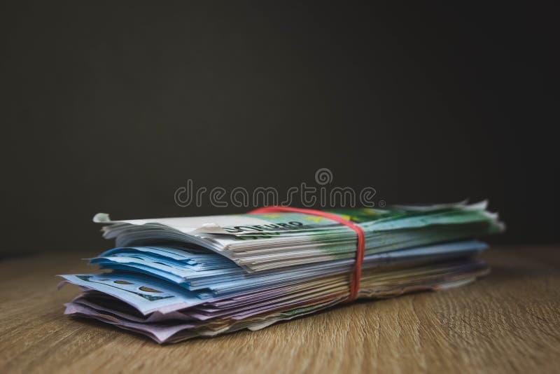 wielki zwitek got?wka wystawia rachunek dolarowych euro ruble w paczkach na stole textured deski zdjęcia royalty free
