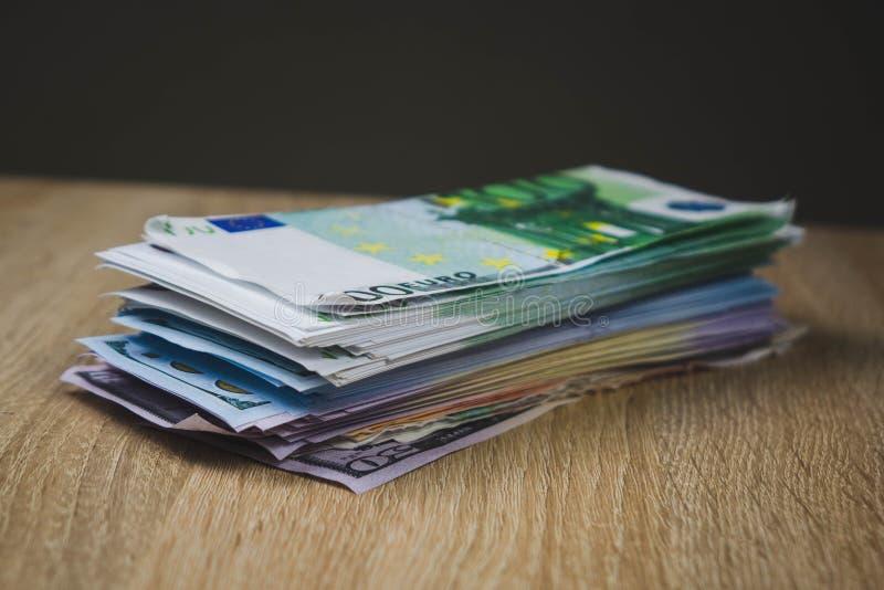 wielki zwitek got?wka wystawia rachunek dolarowych euro ruble w paczkach na stole textured deski zdjęcia stock