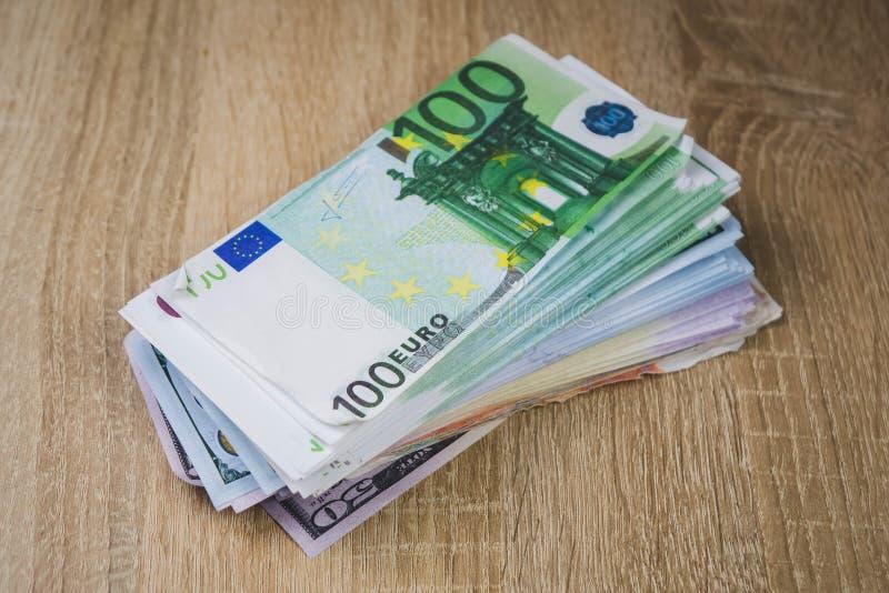 wielki zwitek got?wka wystawia rachunek dolarowych euro ruble w paczkach na stole textured deski obrazy stock