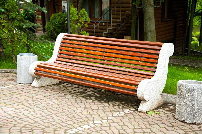 Wielkie betonowe ławki z drewnianymi elementami Blisko alei w parku Lato w jardzie drzewo pola obraz royalty free