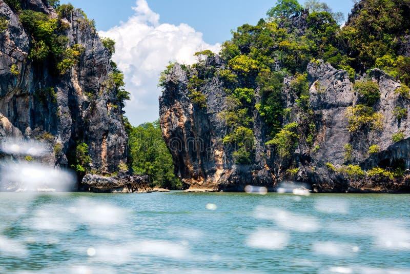 Wielkie falezy i góry wyspy w Phang Nga archipelagu, pluśnięcie woda od prędkości łodzi obrazy royalty free