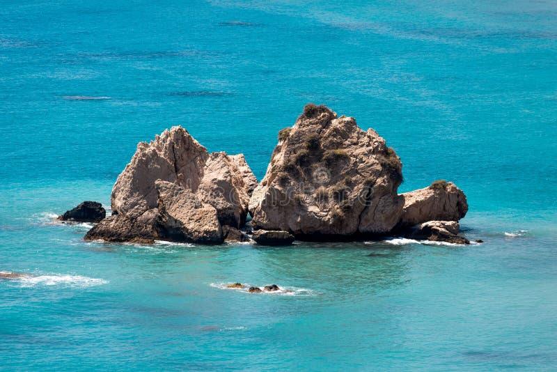 Wielkie skały w morzu śródziemnomorskim blisko Aphrodite skały w Cypr suną obraz stock