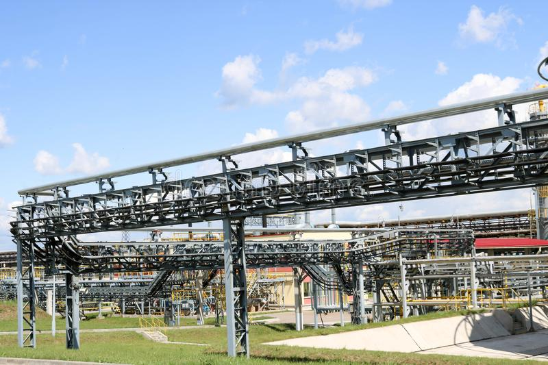 Wielkiego żelaznego metalu rurociągowa kobyłka z drymbami, elektrycznymi druty i wyposażenie przy petrochemicznej rafinerii przem fotografia stock
