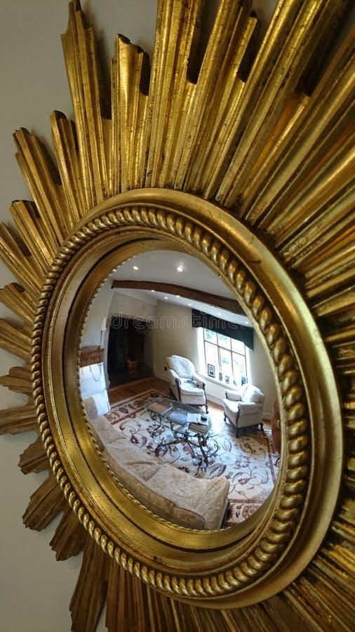 Wielkiego ozdobnego dekoracyjnego starburst złota retro lustro obraz royalty free