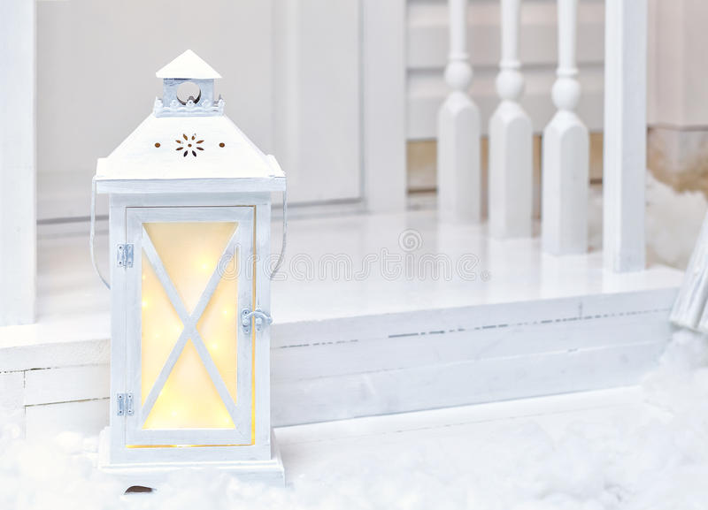 Wielkiego rocznika latarni ulicznej biała pozycja na ganeczku z śniegiem obraz stock