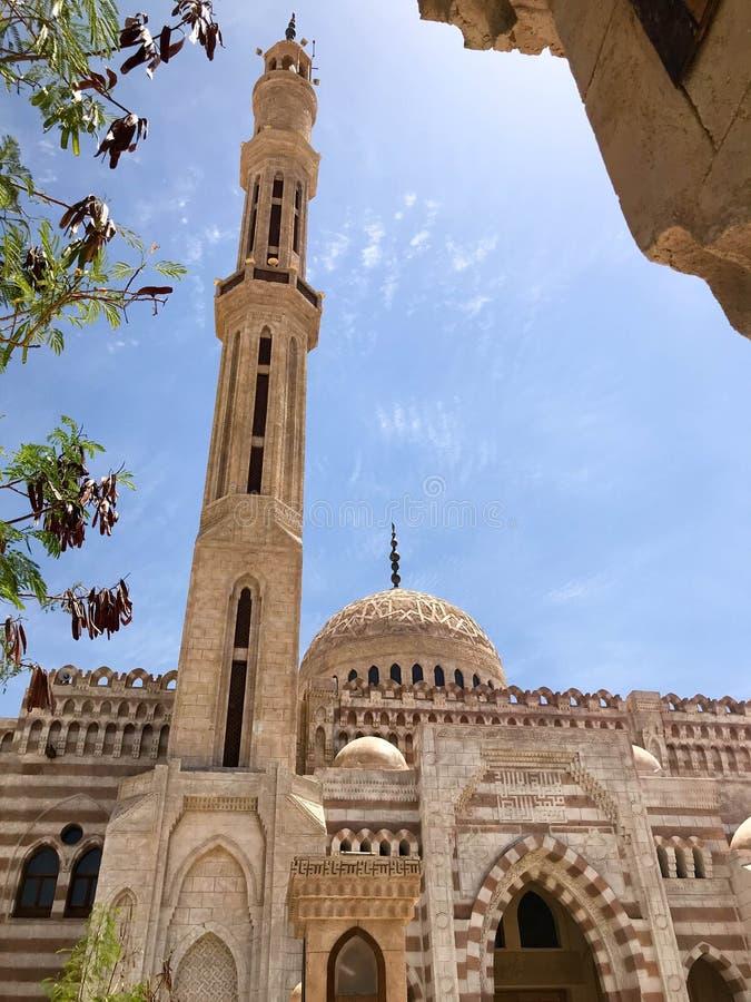 Wielkiego starego beżu kamienia Arabski Islamski Muzułmański meczet, świątynia dla modlitw bóg z wysoki wierza w ciepłym tropikal obrazy royalty free
