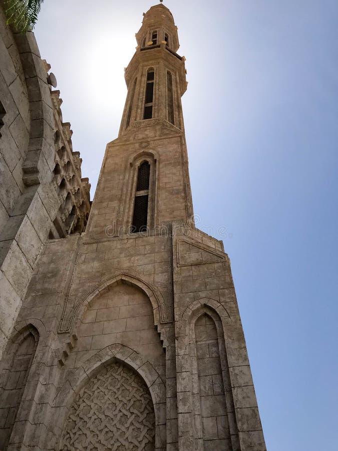Wielkiego starego beżu kamienia Arabski Islamski Muzułmański meczet, świątynia dla modlitw bóg z wysoki wierza w ciepłym tropikal obrazy stock