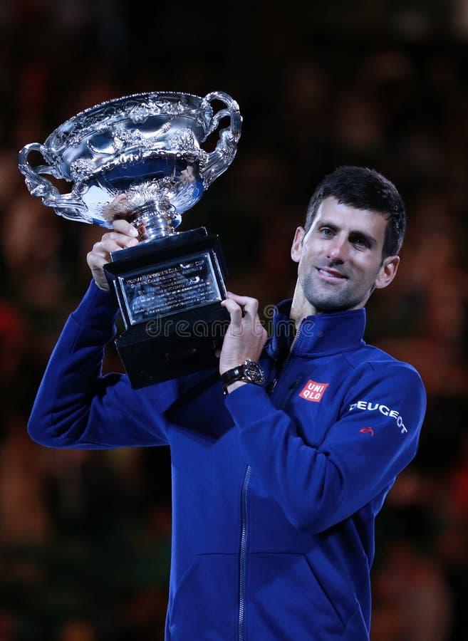 Wielkiego Szlema mistrz Novak Djokovic Sebia trzyma australianu open trofeum podczas trofeum prezentaci obrazy royalty free
