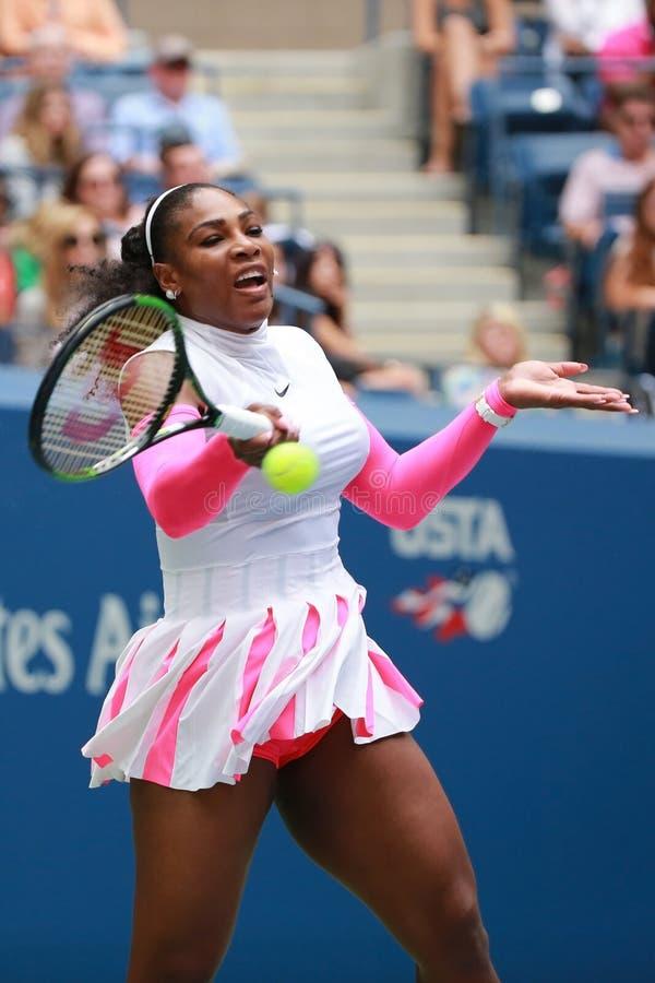 Wielkiego Szlema mistrz Serena Williams Stany Zjednoczone w akci podczas jej round cztery dopasowania przy us open 2016 obrazy royalty free