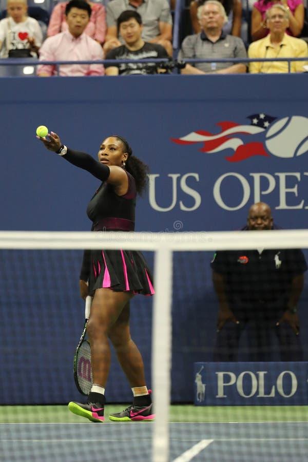Wielkiego Szlema mistrz Serena Williams w akci podczas pierwszy round dopasowania przy us open 2016 zdjęcia stock