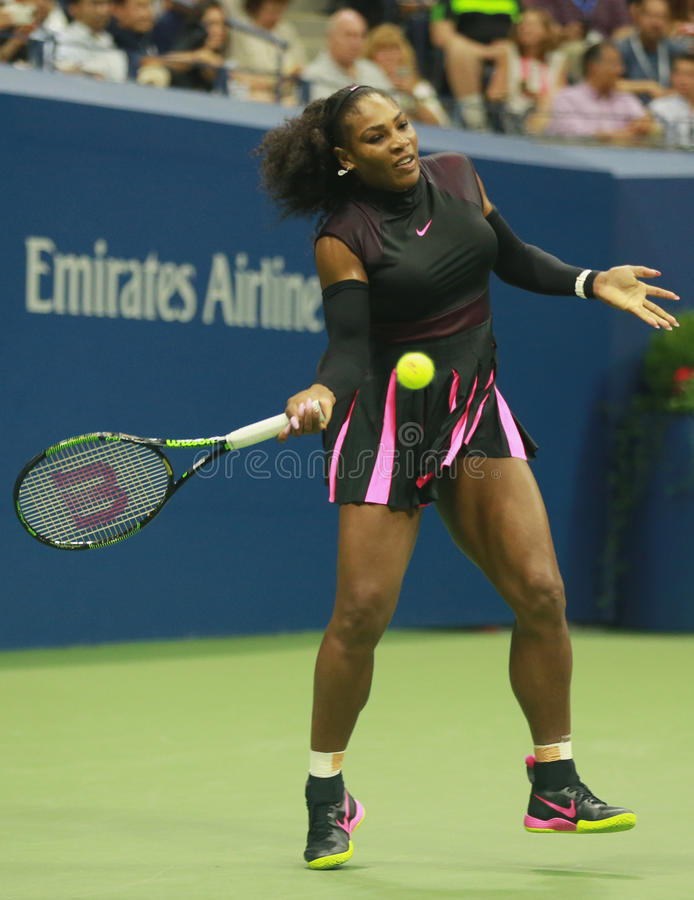 Wielkiego Szlema mistrz Serena Williams w akci podczas pierwszy round dopasowania przy us open 2016 fotografia stock
