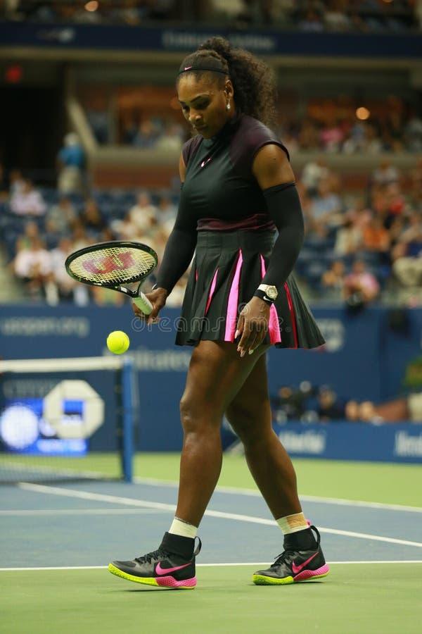 Wielkiego Szlema mistrz Serena Williams w akci podczas pierwszy round dopasowania przy us open 2016 obrazy stock