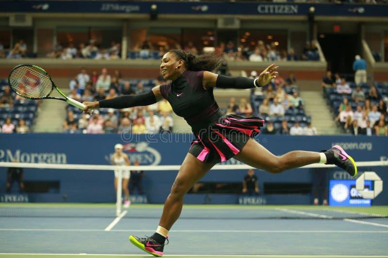 Wielkiego Szlema mistrz Serena Williams w akci podczas pierwszy round dopasowania przy us open 2016 obrazy royalty free