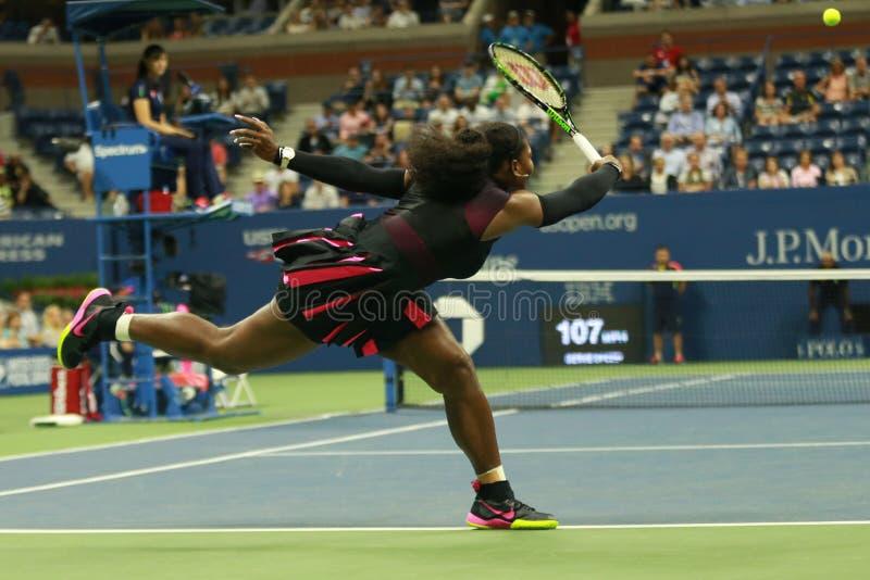 Wielkiego Szlema mistrz Serena Williams w akci podczas pierwszy round dopasowania przy us open 2016 zdjęcie stock