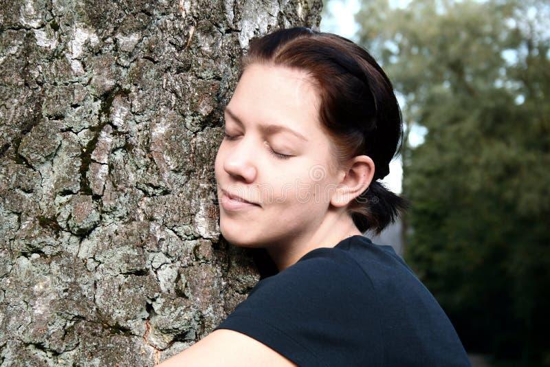 wielkiego uścisku kobiety młodych drzew fotografia stock