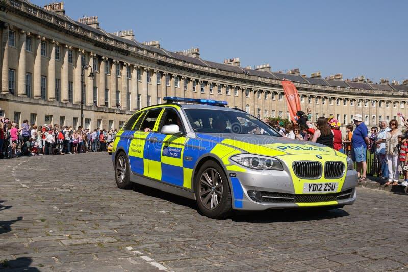 Wielkomiejski samochód policyjny eskortuje Olimpijskiego pochodni luzowanie, skąpanie, Somerset, UK zdjęcia stock