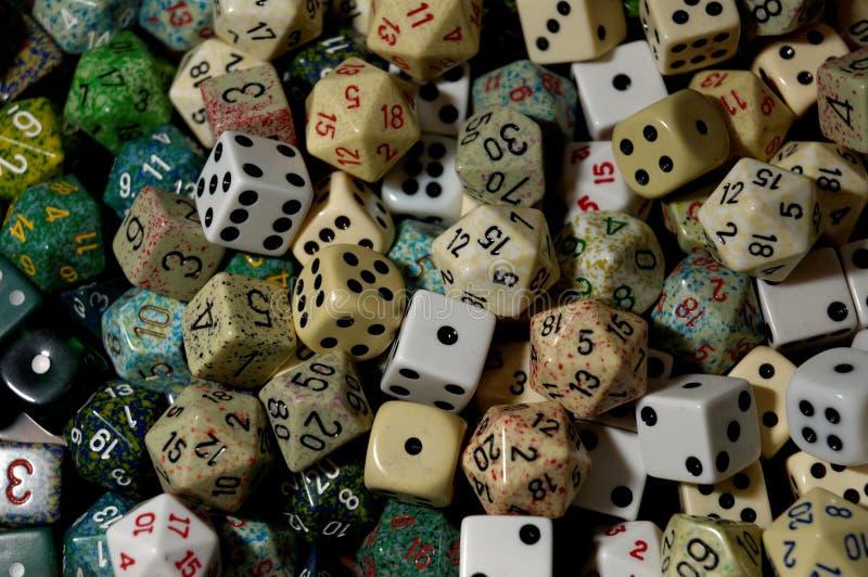 Wielo?cienne kostki do gry jak u?yte w sto?owego wierzcho?ka rol? bawi? si? gry fotografia stock