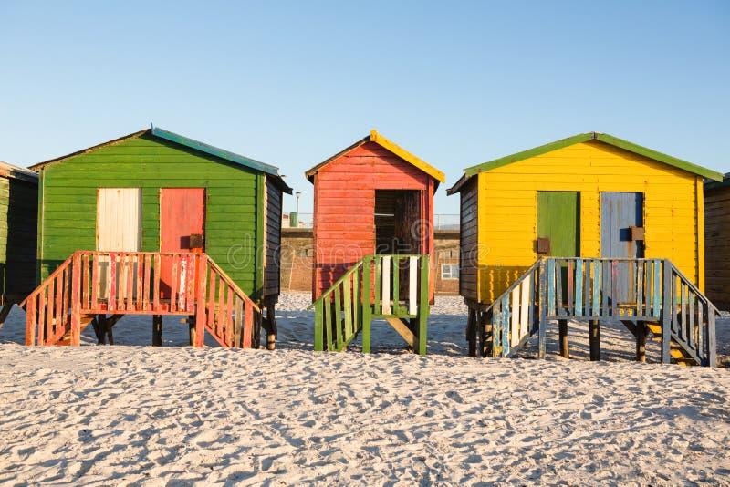 Wielo- barwione budy na piasku przeciw jasnemu niebu fotografia royalty free