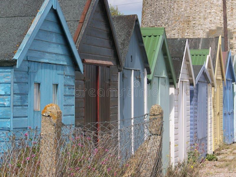 Wielo- barwione plażowe budy wzdłuż Angielskiego brzeg zdjęcie stock