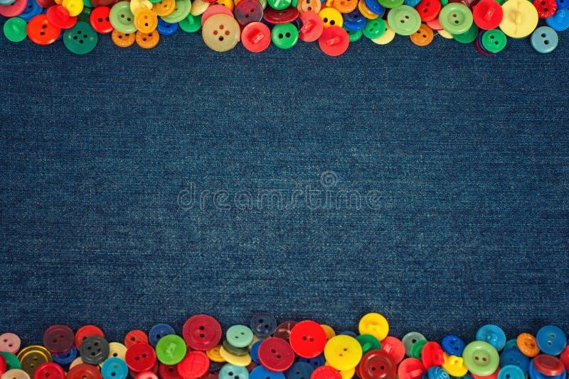Wielo- barwioni guziki strona drelichowy tkaniny tło obraz stock