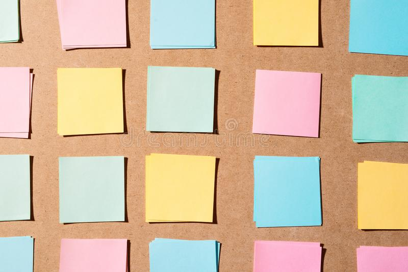 Wielo- barwioni notepads k?a?? na drewnianej deski deski powierzchni z kopii przestrzeni? zdjęcie stock