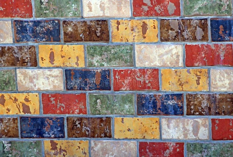 Wielo- barwiony ściana z cegieł, tło fotografia royalty free