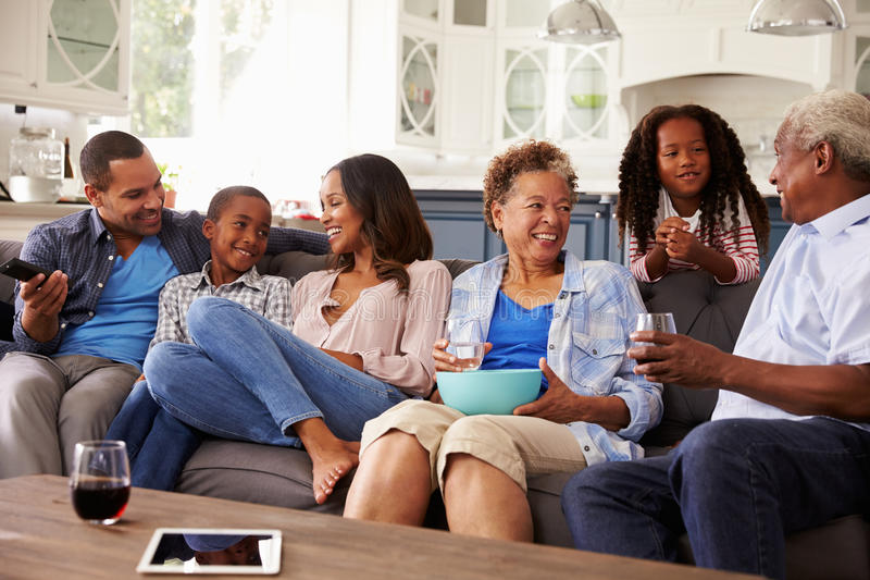 Wielo- pokolenia czerni rodzina opowiada wpólnie podczas gdy oglądający TV zdjęcia royalty free