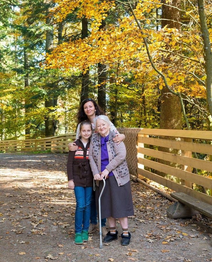 Wielo- pokolenie portret szczęśliwa rodzina zdjęcia stock