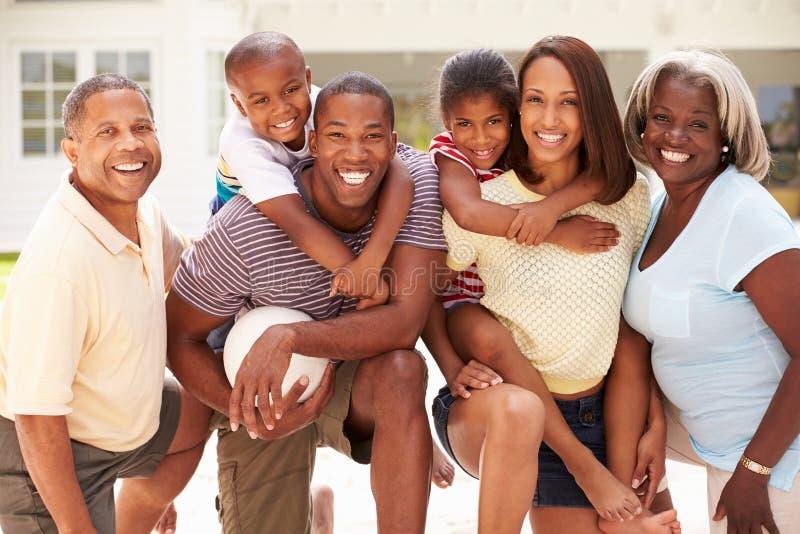 Wielo- pokolenie rodzina Bawić się siatkówkę Wpólnie zdjęcie stock