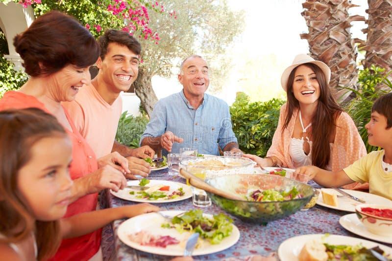 Wielo- pokolenie rodzina Cieszy się posiłek Na tarasie Wpólnie fotografia stock