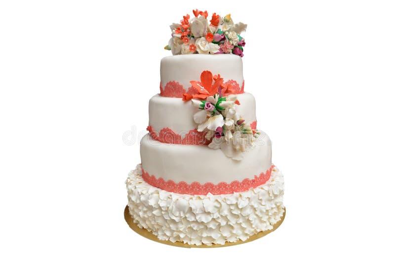 Wielo- równy biały ślubny tort z menchiami kwitnie na wierzchołku zdjęcia stock