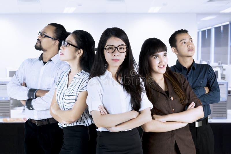 Wieloetniczna biznes drużyna z rękami krzyżować obraz stock