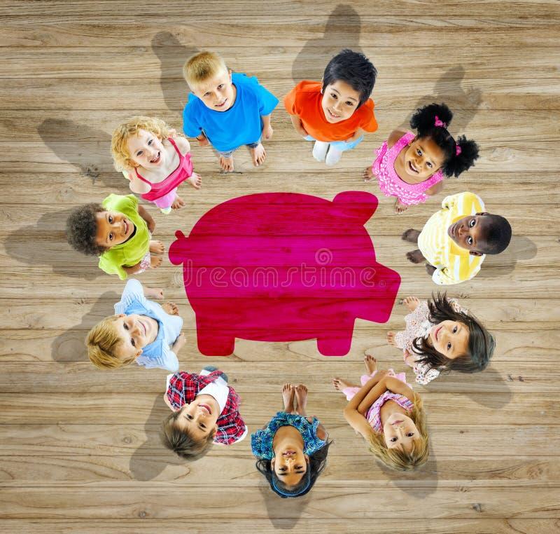 Wieloetniczna grupa dzieci z oszczędzania pojęciem zdjęcia royalty free