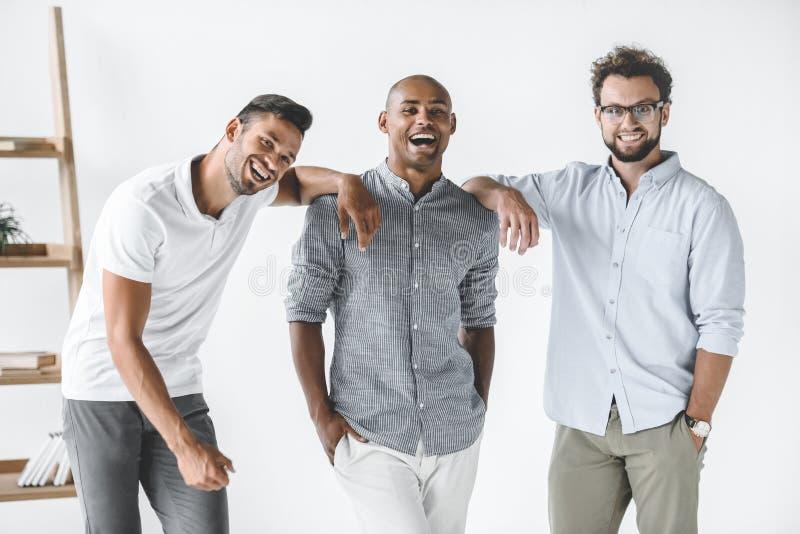 wieloetniczna grupa młody uśmiechnięty biznesmenów stać obraz royalty free