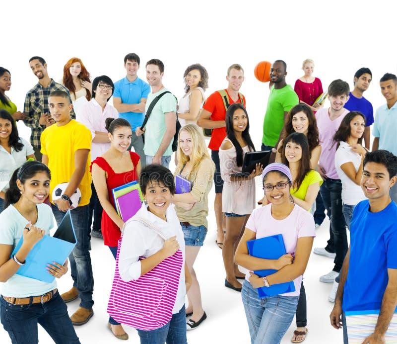 Wieloetniczna grupa młodzi ludzie w Przypadkowym stylu zdjęcia stock