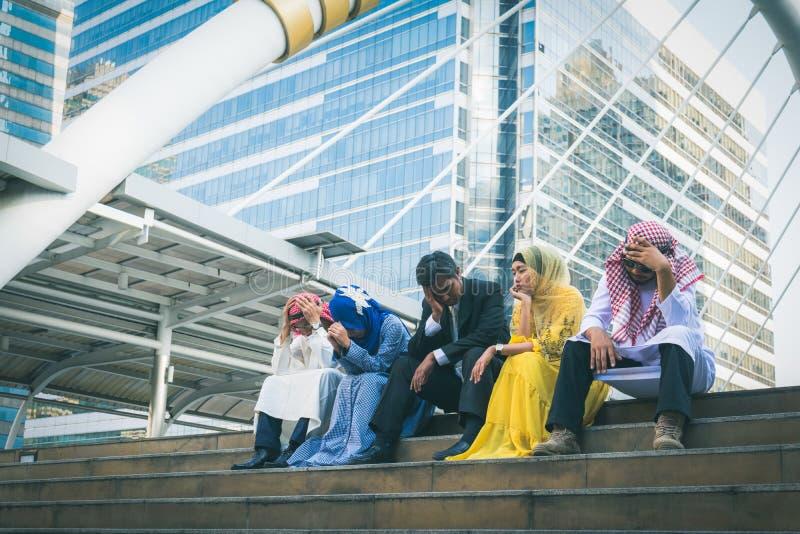 Wieloetniczna grupa smutna biznesmeni siedzi i rozwiązuje prob obrazy stock